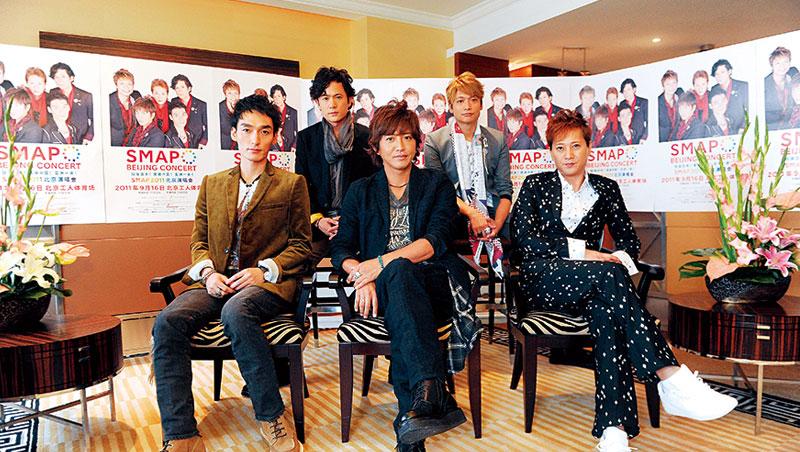 日本東京上班族最嚮往的領導者是能「使人重新站起來」的暖男型強人,中居正廣(前排右)比政、商界大老更有代表性。