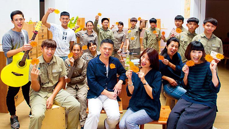 奪2項國際金牌的王嘉納,在空姐王小敏響應下,帶花蓮13名學生投入家具製作。一張張「已售出」貼紙,成為對後山孩子最大的肯定。