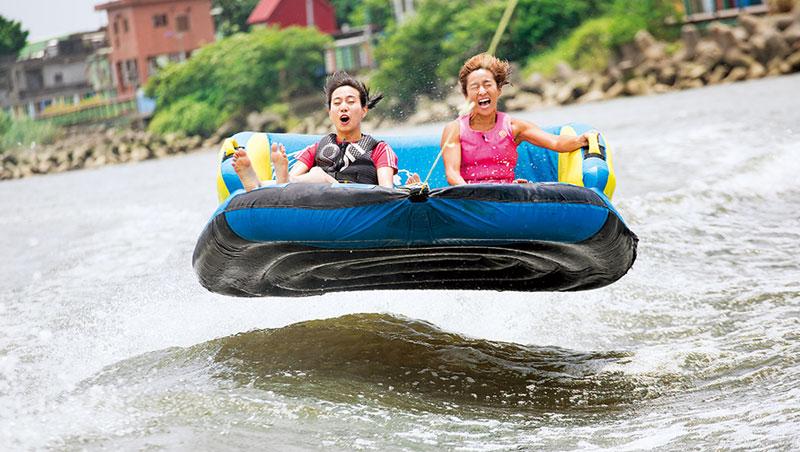 騰空於河面上的沙發衝浪,不費乘坐者吹灰之力,卻刺激滿點!