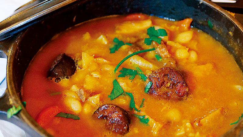肉與海鮮、肉與肉混搭菜餚,除了簡直已成國民食材的鱈魚、鹹鱈魚乾(Bacalhau)無所不在,什麼食材都可與之配搭外;最具代表性是「蛤蜊燉豬肉」(Carne de porco à Alentejana),每一枚蛤蜊都蘊藏滿滿豬肉鹹鮮,美味非常。還有歷史悠久的Porto鄉土名菜「牛雜什錦鍋」(Tripas à moda do Porto),牛內臟、豬肉、各種豬臘腸和豆類共冶一鍋,雄渾濃厚,是重口味老饕心中的珍餚。