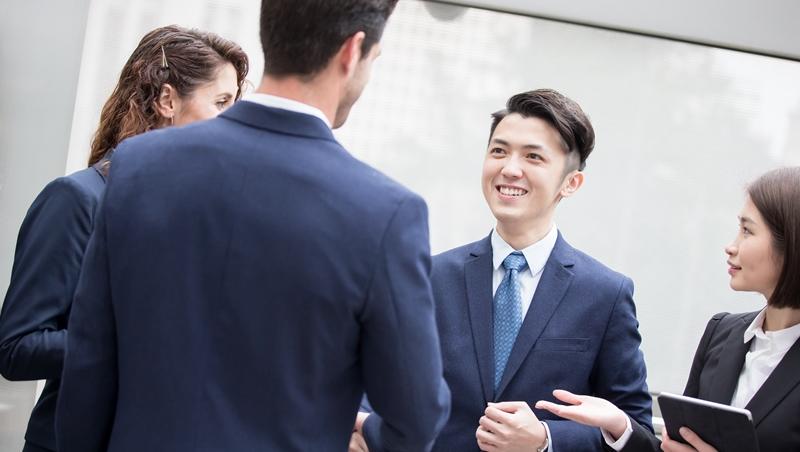 拜訪客戶,一見面究竟該不該先握手?3個簡單原則,搞懂任何場合都適用的「打招呼」方式