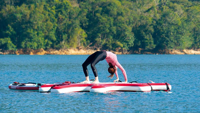 水上瑜伽訓練核心肌群。水面的不規律波動,需要身體部位更高穩定度。