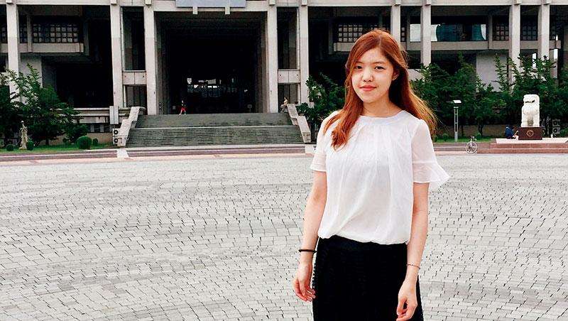 原本在夜市擺攤、月領28K的洪昤霏, 為了擺脫台灣的低薪,剪去一頭長髮,飛到中國,擔任來自高雄的軟體公司「合不合」共同創辦人。