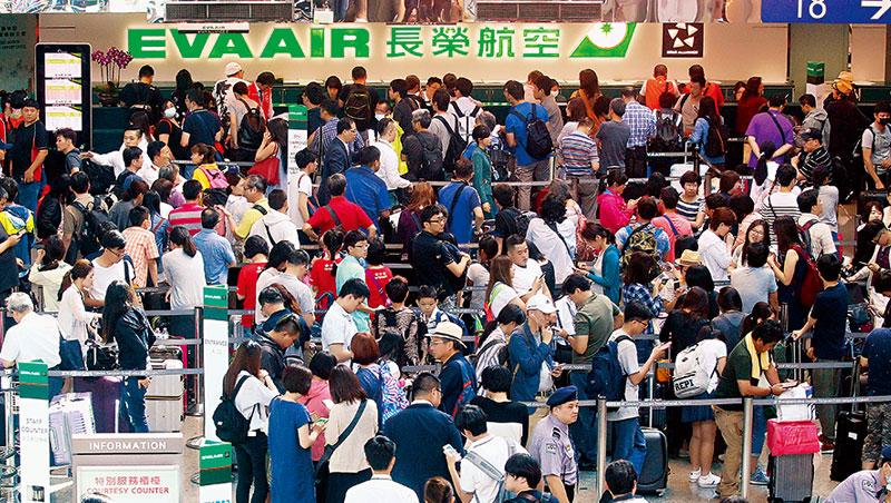 尼莎颱風讓長榮航空超過500 名空服員集體請「天災假」,逾萬名旅客行程受阻,擠爆長榮桃機櫃台。