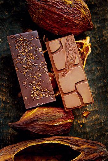 台灣1號62%(圖右)為福灣莊園巧克力ICA金獎作品。另一款台灣5號可可碎粒巧克力(圖左),同樣使用屏東產可可豆與豆仁,拿下銀牌。巧克力表面若有白霜屬正常現象,為可可脂白色結晶。