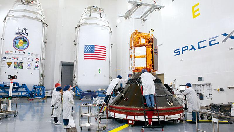 為了讓SpaceX 火箭「獵鷹9 號」載著福衛5 號順利升空,台灣團隊前進加州范登堡空軍基地測試近1個月,是7年等待的最後一段考驗。