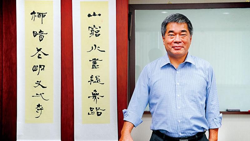 華衛董座王志隆身後的書法,是他最喜歡的一段話。「山窮水盡疑無路,柳暗花明又一村」像是訴說他一生的際遇。
