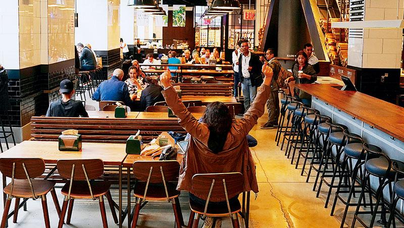 紐約曼哈頓的全食超市賣場外側另闢餐廳,讓採購完的顧客歇腳,更想吸引專程來吃一頓的食客。