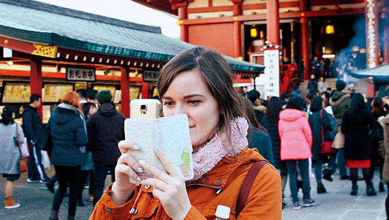 日本是亞洲觀光潛力最高的國家,也是最強力排拒移民的國家之一。商店街上常見金髮碧眼的外國人,但真正獲准安居在此的移民少之又少。