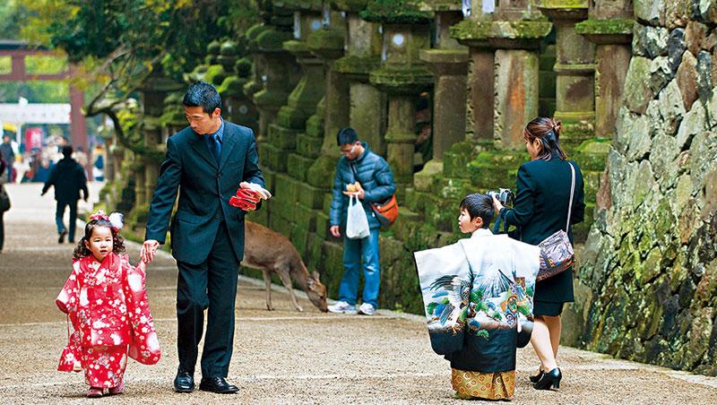 日本首相安倍晉三力推兒童週,「鼓勵家長多花時間陪伴兒女」的立意良善,但假難休的陋習卻是障礙。