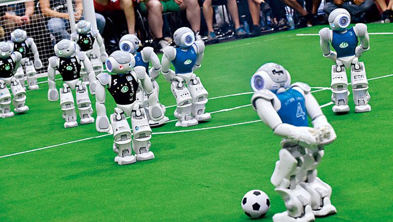 比擊敗棋王更難   機器人走出工廠踢足球
