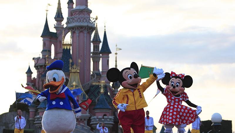 父母帶小孩去迪士尼樂園玩,曠課7天,被罰60英鎊...誰才有教育的「最後決定權」?