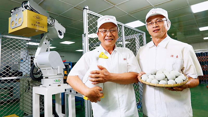 「我養鴨,鴨養我」浤良食品總經理歐陵合說,家中3 代養鴨的情感讓他致力傳產革新,早在1990年代就導入機器手臂做外銷利器。