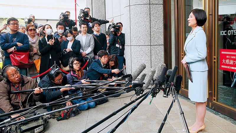 大塚久美子(右)承諾的「連續3年配息80日圓」跳票,員工呼求創辦人回鍋,也有人乾脆跳槽敵營。