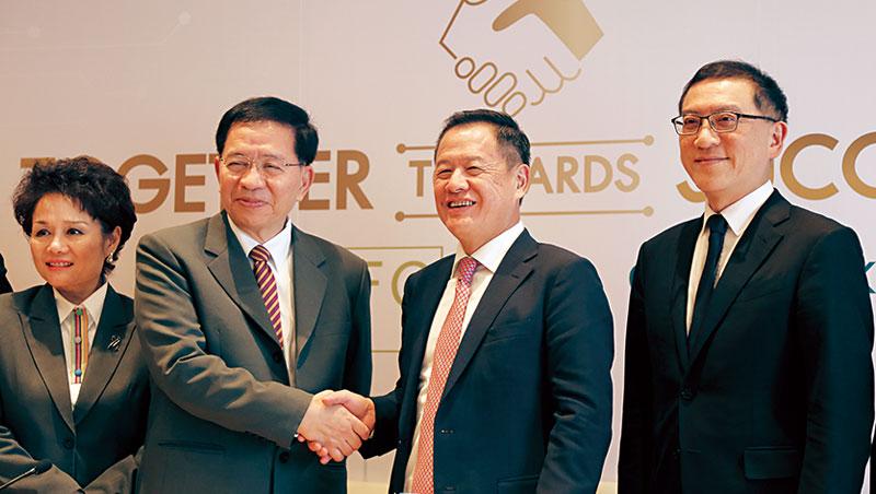 中信銀副董事長利明献(右2)指出,此次參股泰國銀行是「因地制宜」。左2 為LHFG 董事長拉特。