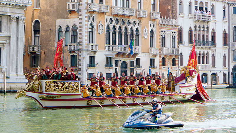 賽船節參與者全換上傳統貴族服飾,招搖過河。