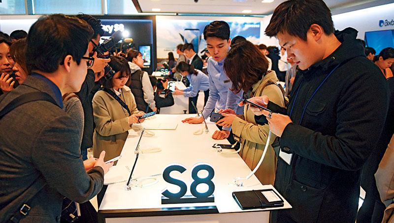 今年以來三星股價上漲30%,熱銷的新機S8 是一大功臣。