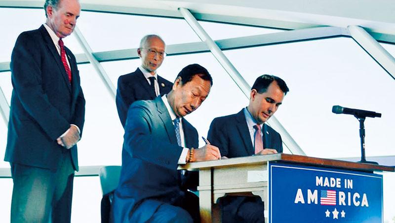 赴美投資簽約記者會上,郭台銘(右2)盛讚威州州長沃克(右1)是優秀的領導者,像他一樣認真工作、整天開會,兩人也因此格外投緣。