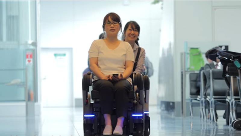 有需要的人都能用!東京羽田機場推「無人駕駛輪椅」,會自動排隊、後面還有推車能放行李