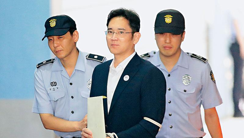 三星今年以來股價雖上漲近30%,李在鎔(中)被判刑為這家全球最賺錢的科技公司蒙上陰影。