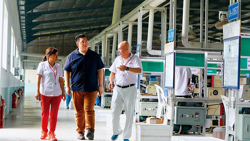 把工廠交給兒子鄭吉君(中)管,再從廣西廠挖來資深陸幹(左),老爸是工廠控,每到廠區發現問題就要求立馬改善。