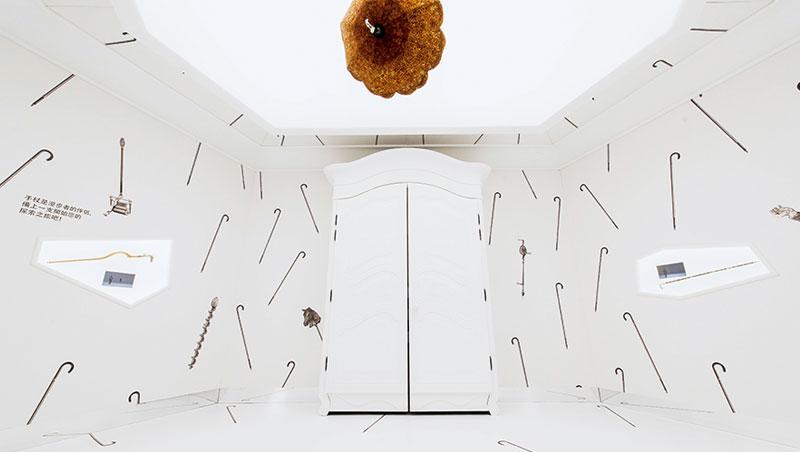 手杖展間的各式手杖記錄19世紀以來行者漫步的變遷。天花板的女用陽傘手杖是艾米爾•愛馬仕最早蒐藏之一,原物已非常脆弱,現場看到的是復刻版。