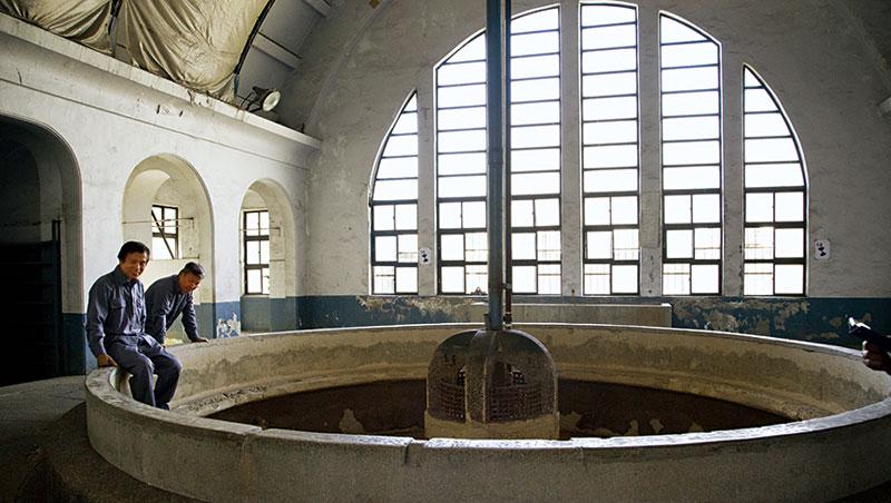 北廠老員工領路解說當年盛況。員工浴室拱圓形大片窗面也有奧秘,台博館規畫師凌宗魁解釋,此風格是歐洲環狀線多站台經典設計。