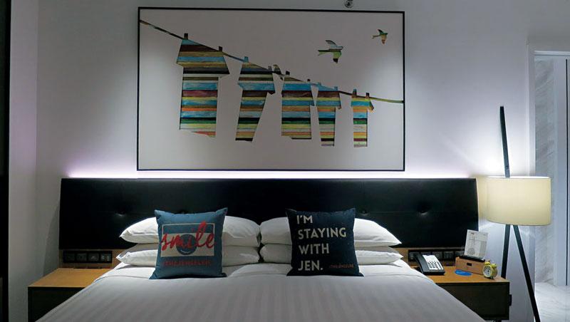 房間設計自然簡約,卻也不失活潑。