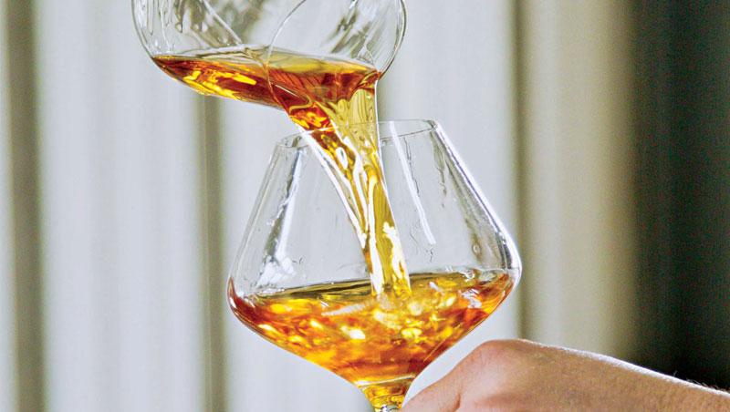 釀酒師陳千浩在勾兌不同年份的黑后及金香桶陳酒液,融合老年份香甜圓潤、新年份清新酸度等不同特性,以達最佳口感。