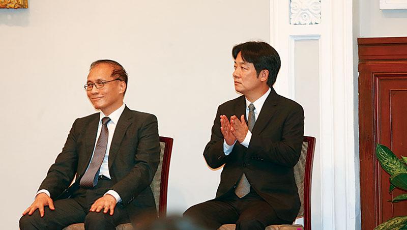 將卸下重擔的林全(左),在宣布改組記者會中全程笑容、神情輕鬆;甫要上任的賴清德,則仍舊正襟危坐,維持一貫嚴肅態度。