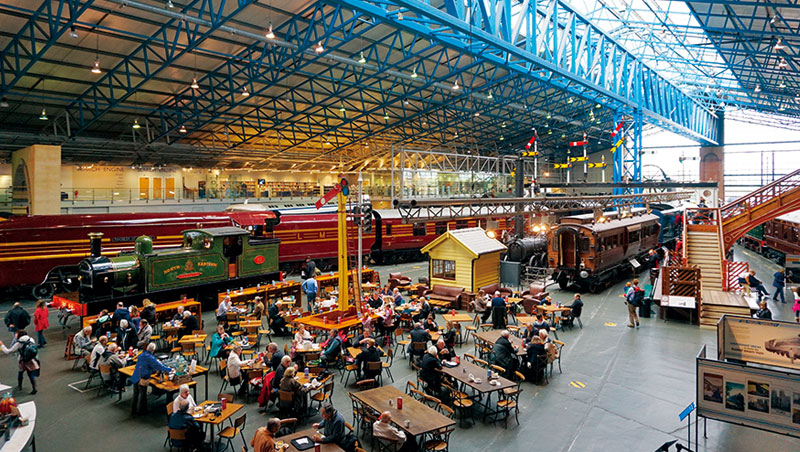 利用過去火車餐廂改造的用餐車廂及旁邊的輕食區。