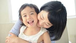 小孩幫忙做家事,並不想被獎賞!兒童心理學家教你:如何教出會主動做家事的孩子