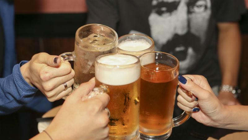 平常一口爛英文,一喝醉就超流利?研究證實:「喝酒」可增強外語能力!