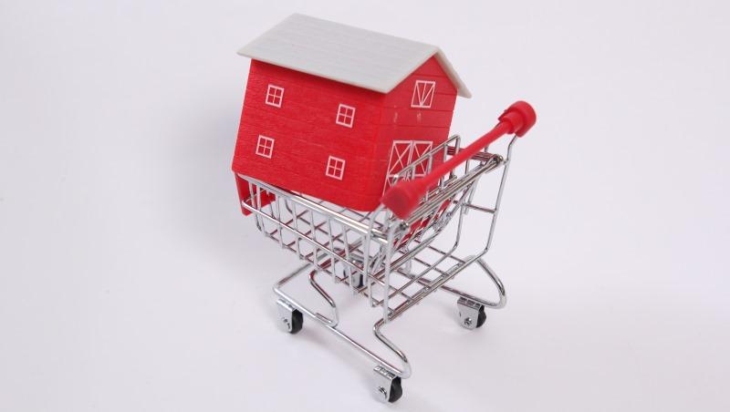 辛苦存到第一桶金,該拿去「買房」或「買股」?一個念頭,注定你最終是富有還貧窮