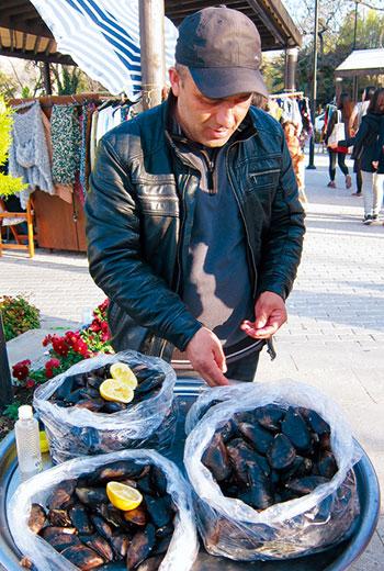 大多是傍晚時分才會見到的淡菜鑲飯,是當地最常見的小吃,通常至少點半打。