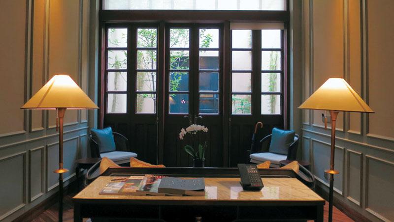 一樓是廳堂,對稱的布局呈現寧靜的氣氛。坐於角落扶手椅上閱讀或飲茶,也有一番情趣享受。