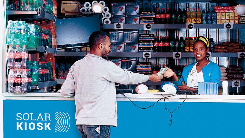 一個貨櫃屋大小的工作站,靠4塊太陽能板在非洲荒野撐起新社區經濟,不只能充電、提款、裝修太陽能電器,連可口可樂也來這寄賣。