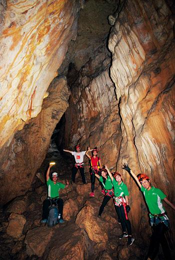 特別挑選經過九二一地震、八八風災後,地形仍穩定、無變動的石灰岩洞,讓旅客深入探險。