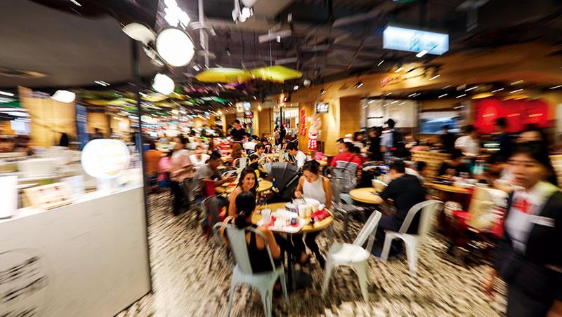 用餐時段,民眾穿梭在公共客席、外帶小攤與店中店之間覓食。混搭組合的各式店型,是新形態美食街最大特色。