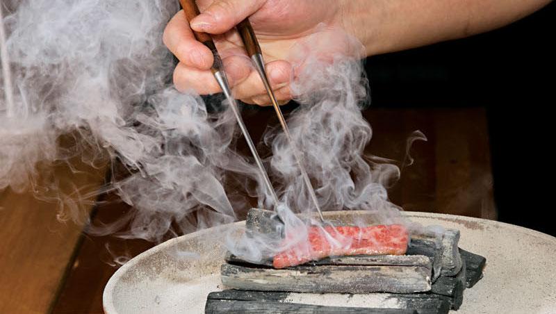 握壽司,堪稱醋飯與神戶牛的完美結合。捏製前,神戶牛翼板肉(頸部到下肩胛肉凹處)一放到備長炭上烤,肉香便在四處流竄。
