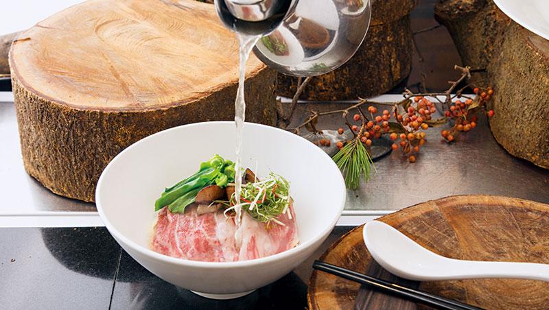 滾燙的清燉牛肉湯沖入碗裡,剛好把3個部位的鹿兒島牛表面燙熟,保有鮮甜與口感。