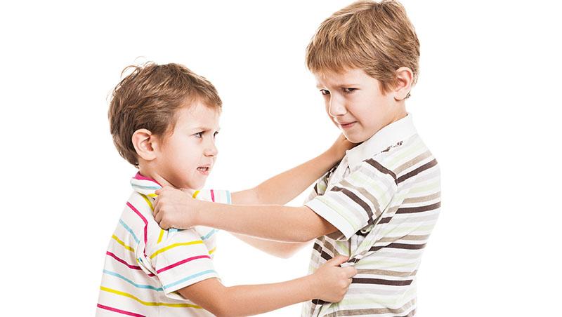 以暴制暴不能解決問題,但孩子一直被同學騷擾,還是要教他「不可以打架」嗎?