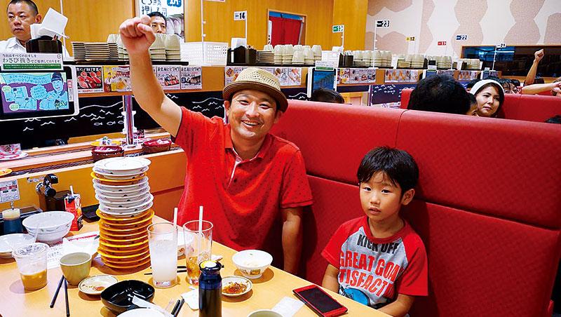 在壽司郎可用平板點餐或取用產品,轉盤上的盤子裝設IC晶片,讓廚房判斷15分鐘內製作量,減少食材浪費。