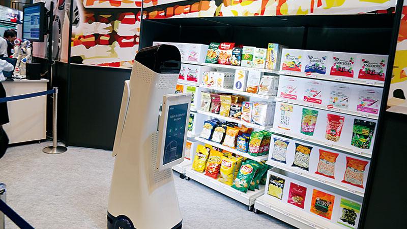 台灣7-11年賣3億杯咖啡,但咖啡機壞了修理耗時,NEC用AR教店員修機器,還靠機器人協助補貨。