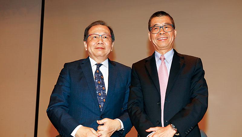 蔡明介(右)今年延攬蔡力行(左)任聯發科共同執行長,雙蔡共治首季,就交出讓資本市場滿意的成績單。