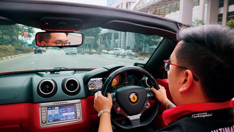 在新加坡F1賽道上試駕超級跑車。若開遠一點,進入隧道路段,超跑轟鳴回音在隧道裡回響(此為示意圖)。