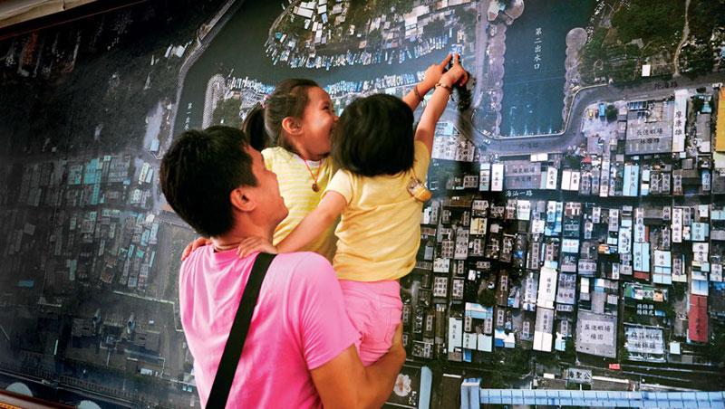 飛鳳寺裡的空拍圖留下紅毛港遷村前的印記,出身紅毛港的楊金翰帶著孩子找到父親的船。 35歲的他在10年前遷至鳳鼻頭,如今再次面臨遷村挑戰。