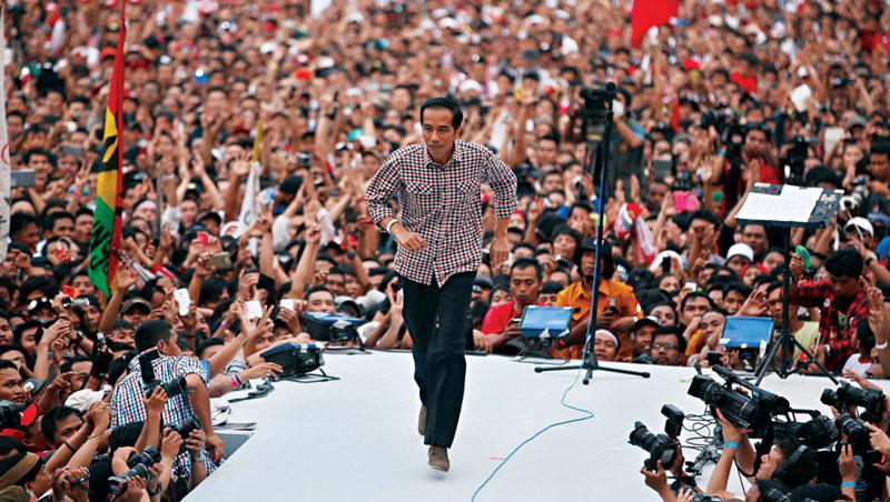 佐科威「平民」的一面是媒體最常捕捉到的畫面,他在競選大會上也只穿襯衫、休閒長褲,親民風格讓他支持度始終在7成以上。