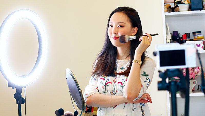 被網友封為「台灣第一美妝YouTuber」的Catie讓YSL、SK-II、巴黎萊雅等國際品牌都找上門,把分享按讚數變成現金!
