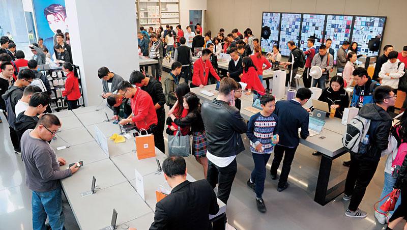 小米旗艦店除了手機,平衡車、掃地機器人都賣,在深圳開幕逾3週,週末日客流量仍高達7千人。